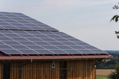 在一个农村大厦的屋顶的太阳电池板 库存图片