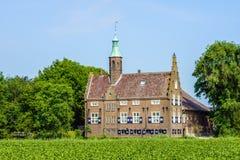 在一个农村设置的象城堡的大厦 免版税库存照片