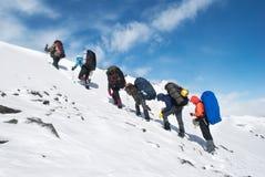 在一个冬天山的远足 免版税库存图片