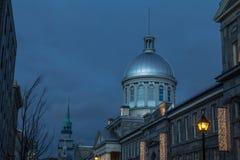 在一个冬天晚上期间,马尔什Bonsecours在蒙特利尔,魁北克,加拿大,围拢由其他历史大厦 图库摄影