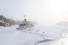 在一个冬天海湾的冰冻结了在有雾的船 库存照片