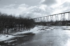 1908在一个冬日期间被看见的盖帽胭脂河的铁路叉架桥 免版税图库摄影