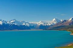 在一个冰河湖之上的积雪的山 免版税库存图片