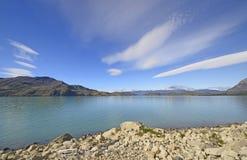 在一个冰河湖的双突透镜的云彩 库存图片