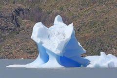 在一个冰河湖的异常的冰山 免版税库存图片