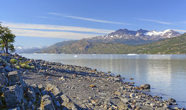 在一个冰河湖的清早光 图库摄影