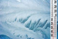 在一个冷淡的冬天窗口的温度计 免版税库存照片