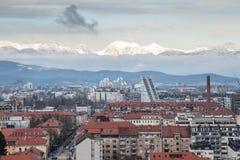 在一个冷的冬天下午期间从上面被采取的街市卢布尔雅那全景 斯诺伊山在背景中能被看见 库存图片
