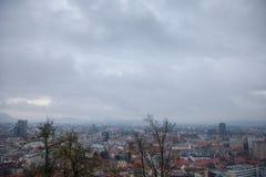 在一个冷的冬天下午期间从上面被采取的街市卢布尔雅那全景 库存照片