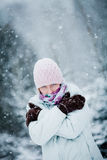 在一个冷的冬日期间,结冰的妇女 图库摄影