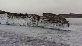 在一个冻湖的冰冷的海角 影视素材
