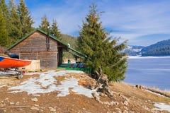 在一个冻湖附近的客舱山的 免版税图库摄影