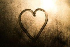 在一个冻窗口画的心脏在冬天 图库摄影