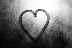 在一个冻窗口画的心脏在冬天 免版税库存照片