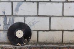 在一个减速火箭的砖墙的背景的唱片 库存图片