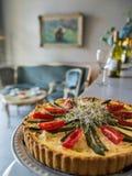 在一个减速火箭的餐馆背景或咖啡馆的自创馅饼在葡萄酒样式 库存照片
