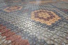 在一个几何设计计划的五颜六色的地垫 免版税库存图片