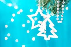 在一个分支的蓝色和银色xmas装饰星与拷贝空间 快活的圣诞节 免版税库存图片
