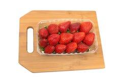 在一个切板的成熟草莓在白色背景 免版税库存照片