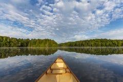 在一个加拿大湖的独木舟弓在夏天 免版税库存图片