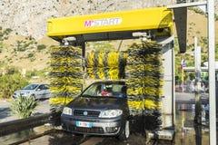在一个加油站的自动洗涤的汽车在西西里岛,意大利 库存图片