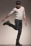 在一个动态姿势的嬉戏的年轻时装模特儿 免版税图库摄影