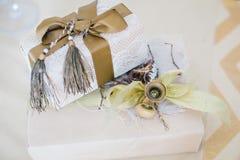 在一个包裹的礼物与弓和响铃 库存图片