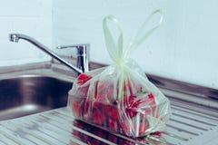 在一个包裹的草莓在桌上 库存图片