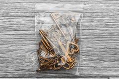 在一个包裹的许多葡萄酒钥匙在轻的木背景 免版税库存图片