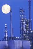 在一个化工厂的一行业月出 免版税库存照片