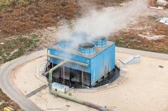 在一个化工厂的蓝色工业冷却塔 免版税库存照片