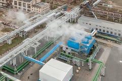 在一个化工厂的蓝色工业冷却塔 压缩机驻地和管道 顶视图 Fo ?我们在冷却塔 免版税库存照片
