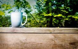 在一个北村庄的甲板的咖啡 库存照片