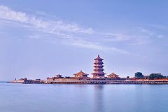在一个半岛的寺庙复合体与塔,蓬莱,中国 免版税库存图片