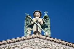 在一个华丽教会门面上面的蓝眼睛的天使 图库摄影