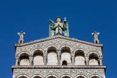 在一个华丽教会门面上面的蓝眼睛的天使 免版税库存图片