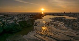 在一个南威尔士海滩的日落 免版税库存图片