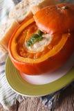 在一个南瓜特写镜头的可口汤在桌上 垂直 免版税库存图片