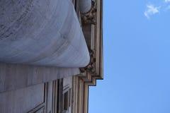 在一个历史大厦的专栏 库存图片