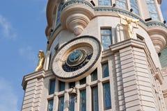 在一个历史建筑的天文学时钟 库存照片