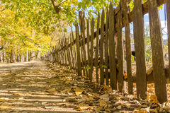 在一个历史的农场的老木尖桩篱栅 库存图片