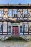 在一个历史的半木料半灰泥的房子的红色门在戈斯拉尔 库存图片
