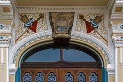 在一个历史的塞尔维亚教会入口的建筑细节 T 免版税库存照片