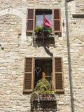 在一个历史的房子的木快门在意大利城市 库存照片