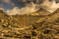 在一个历史的水坝和大山的看法 免版税库存照片