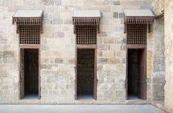 在一个历史的清真寺的主要庭院的三个门 库存图片