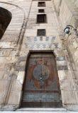 在一个历史的清真寺的年迈的门,老开罗,埃及 免版税库存图片