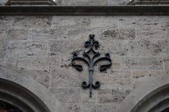 在一个历史的石墙上的黑装饰品以横向格式 免版税库存图片