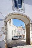 在一个历史的老镇成拱形门入口 免版税库存图片
