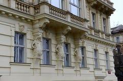 在一个历史建筑的美好的雕塑在布拉格 免版税库存图片